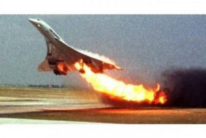 Concorde-Flight-4590-as-it-caught-fire-during-takeoff.-600x401
